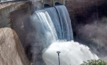 Tres diques, por arriba de sus vertederos