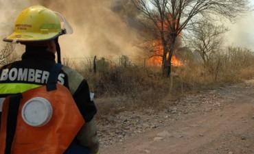 Continúan activos dos focos de incendio en las sierras de Córdoba