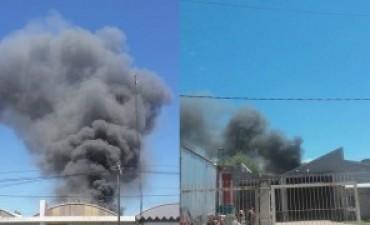 Incendio de magnitud en fábrica Rossuar y distribuidora Grandis de Bell Ville