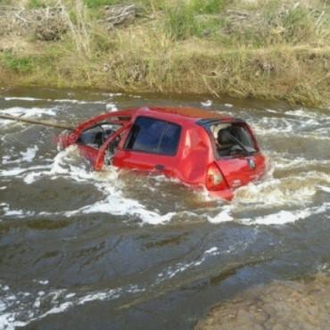 Cayó al agua con su vehículo