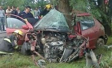 Ballesteros: un automóvil colisionó contra varias plantas y hubo una persona fallecida