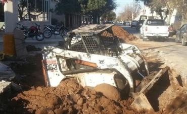 Maquinaria municipal cayó a hundimiento, rompiendo caño de agua