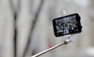 """Disney prohibió los """"selfie sticks"""" en todos sus parques"""