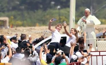 Ante una multitud, el Papa pidió por la familia