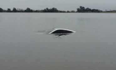Un auto quedó totalmente sumergido en la Ruta 90 a la altura de Melincué