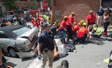 Un auto atropelló a multitud durante una marcha racista en EE.UU