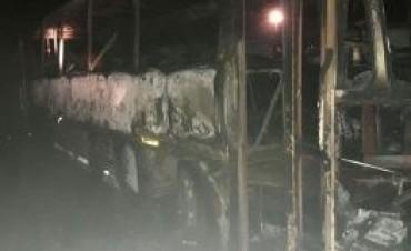 Leones: Incendio de dos colectivos en desuso propiedad de Francucci