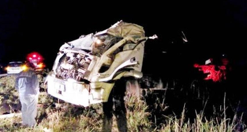 Un camionero de Villa María volcó cerca de Santa Eufemia