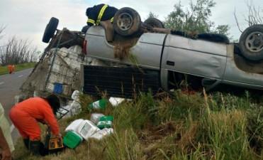 Tumbó una camioneta con carro en cercanías de Pascanas