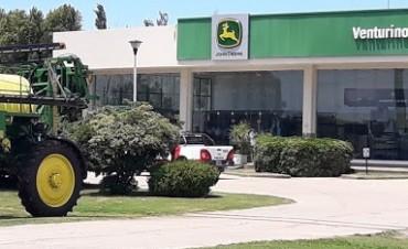 Más de 30 mil pesos en efectivo y un automóvil fueron robados de una concesionaria de maquinarias agrícolas.