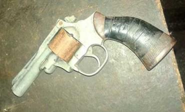 Sorpresa en el colectivo: lo limpiaban y encontraron un revólver