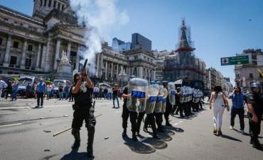 Al menos 30 detenidos y 22 heridos tras la represión en el Congreso