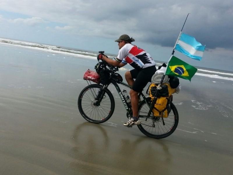 De Córdoba a Rusia en bicicleta: Lucas Ledezma inicia hoy su cruzada solidaria