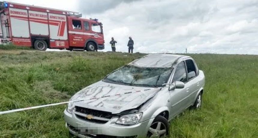 Armstrong: Despiste y vuelco de un auto en Autopista en el Km 382.