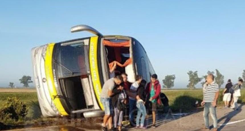 Volcó en Santa Fe un micro que viajaba de Misiones a Córdoba