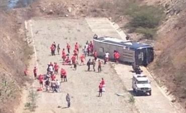Volcó el ómnibus que trasladaba al plantel de Huracán en Venezuela