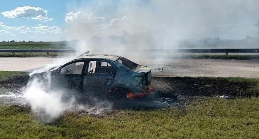 Bell Ville: Incendio total de un auto en la Autopista Cordoba - Rosario