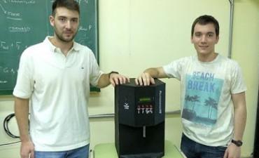 """Estudiantes diseñaron máquina que sirve el """"fernet perfecto"""""""