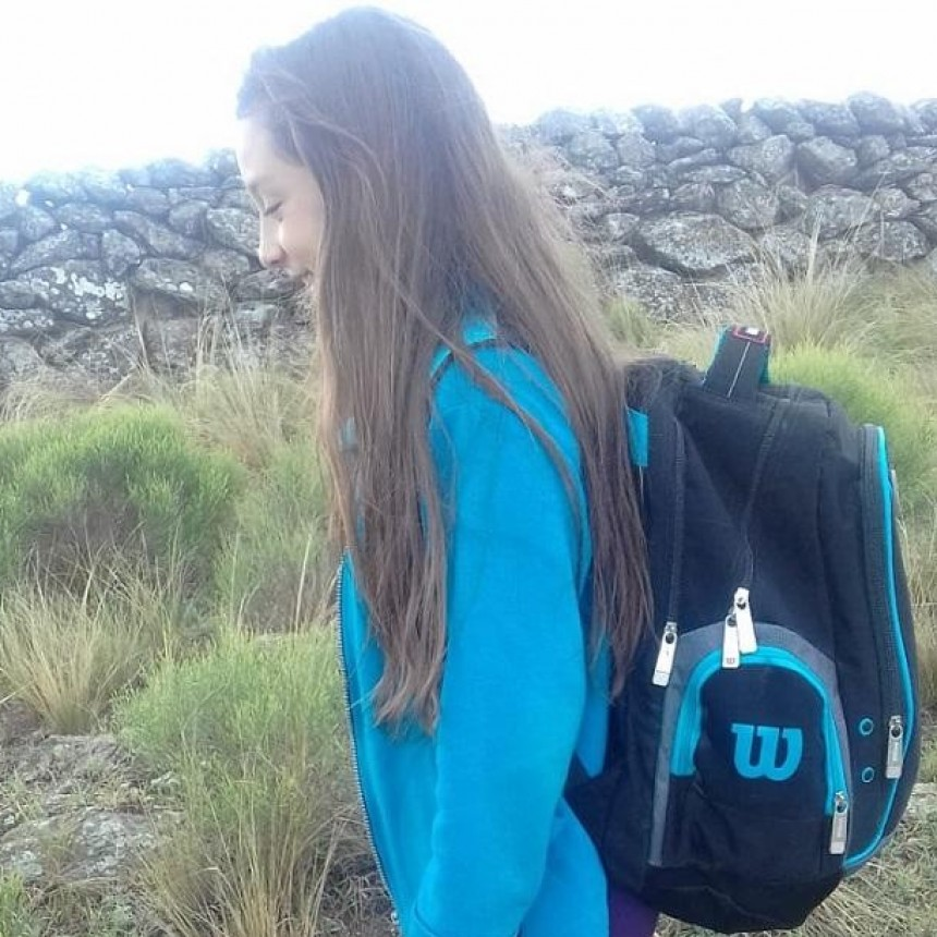 Sin clases y para conectarse por celu con la maestra, Romina sube a un cerro varias horas por día