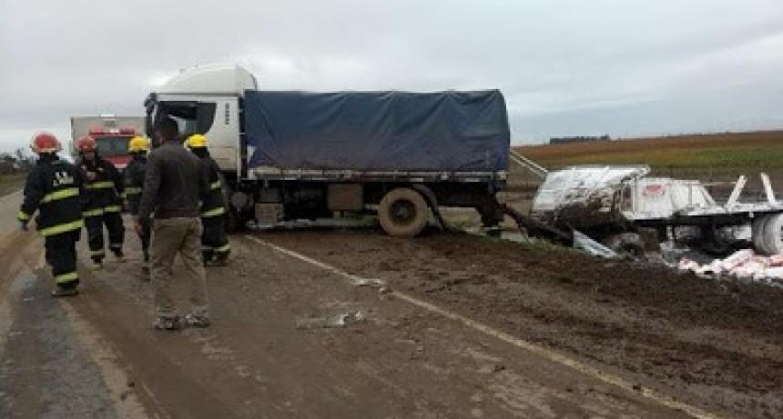Justiniano Posse: Un camión cargado con harina volcó en la ruta 3