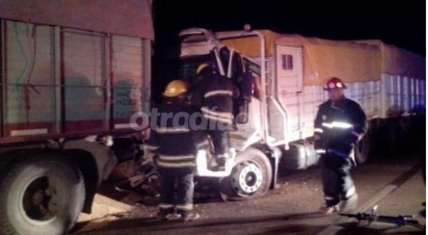 Choque entre dos camiones en la autopista con una persona fallecida