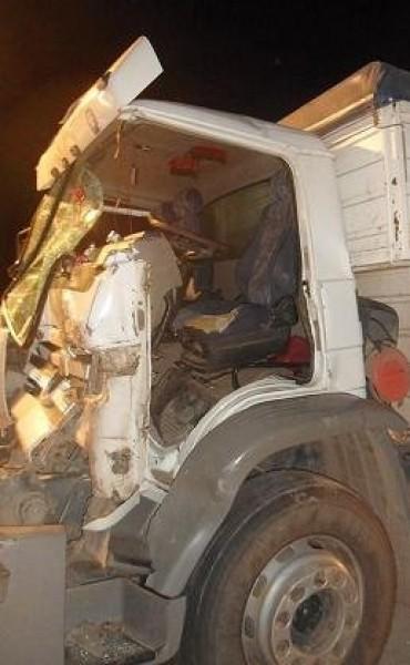 Choque entre dos camiones que circulaban en el mismo sentido en autopista