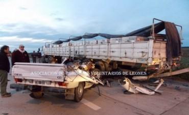 Utilitario impactó en la parte trasera de un camión y su conductor falleció