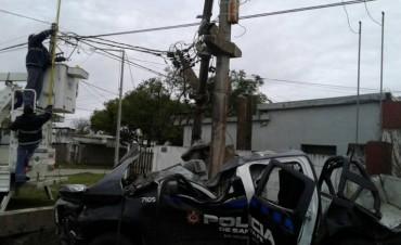 TERRIBLE ACCIDENTE EN VENADO TUERTO: UNA CAMIONETA DE LA POLICÍA CHOCÓ CONTRA UNA COLUMNA EN CHACO E ISLAS MALVINAS. HAY 3 HERIDOS, UNO EN TERAPIA INTENSIVA.