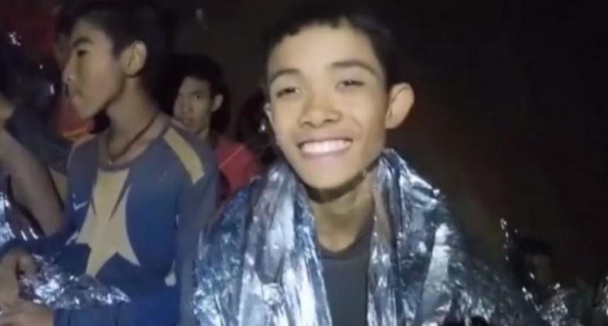 Rescataron a todos los niños y su entrenador de la cueva inundada en Tailandia