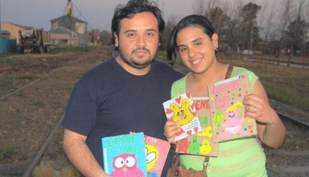 Crean editorial con libros de cartón reciclado en Laguna Larga
