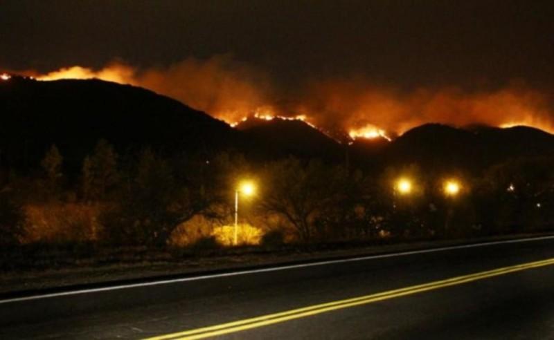 Al menos 80 bomberos combaten el voraz incendio en Cerro Mogote