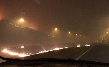 Continúa cortada la autopista Córdoba-Carlos Paz por los incendios serranos
