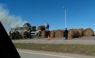 Agarró fuego un camión que iba cargado con rollos