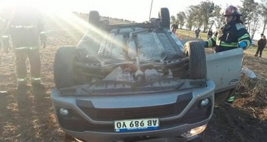La conductora de un auto falleció en el acto tras volcar en ruta 8