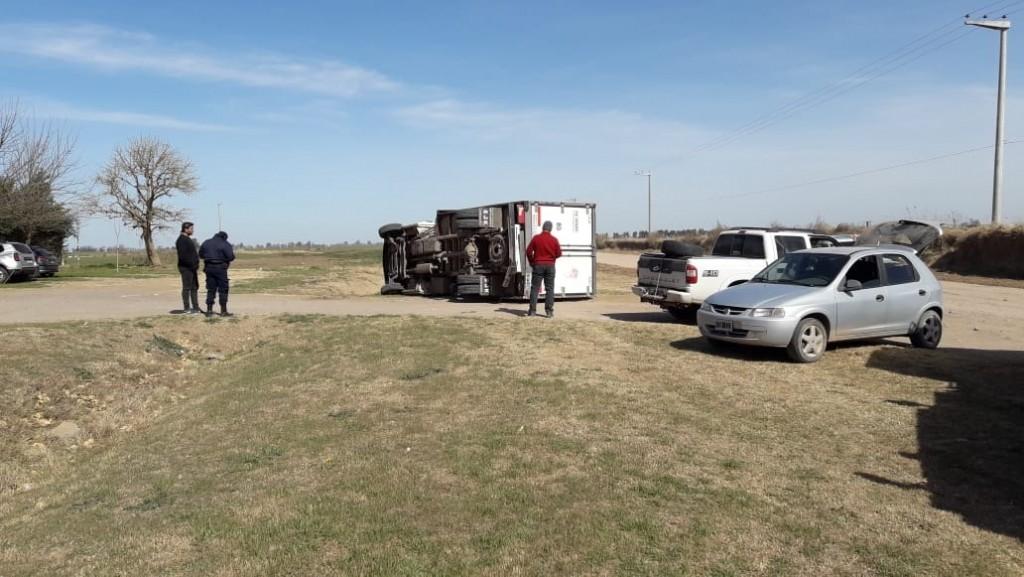 C. Barge, Una pickup chocó el camión tumbandolo