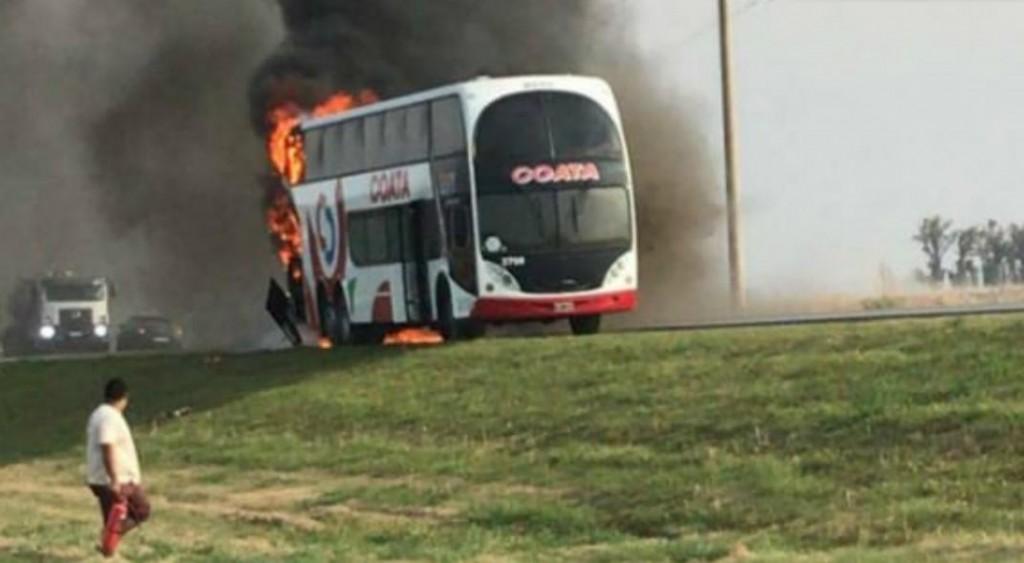 Un colectivo de la empresa Córdoba Coata se incendió entre Santa Eufemia y La Carlota