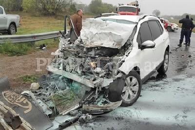 Autovía Río Cuarto-Córdoba: Violento choque en la autovía entre un auto y un camión cargado con troncos