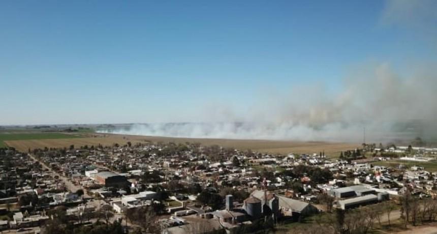 Incendio en zona rural a metros de la zona urbana de la localidad