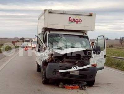 Accidente en autopista con un camión de la marca Fargo en Cañada de Gómez