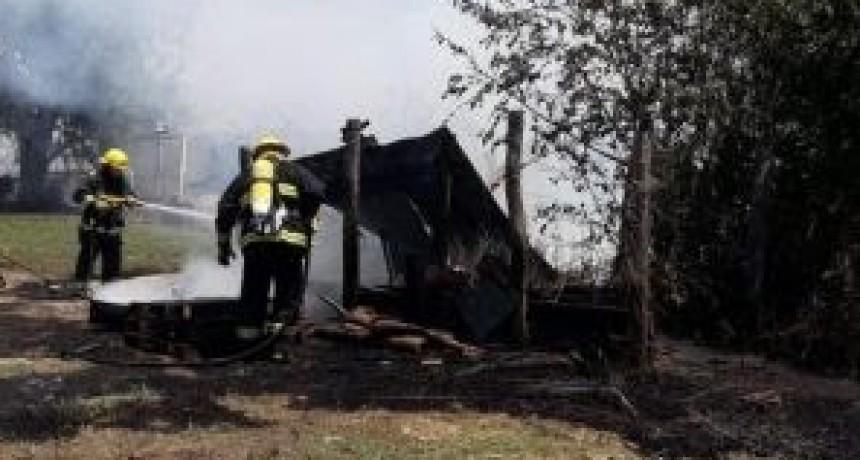 Incendio, explosión de una garrafa y destrucción de un pequeño galpón en Leones