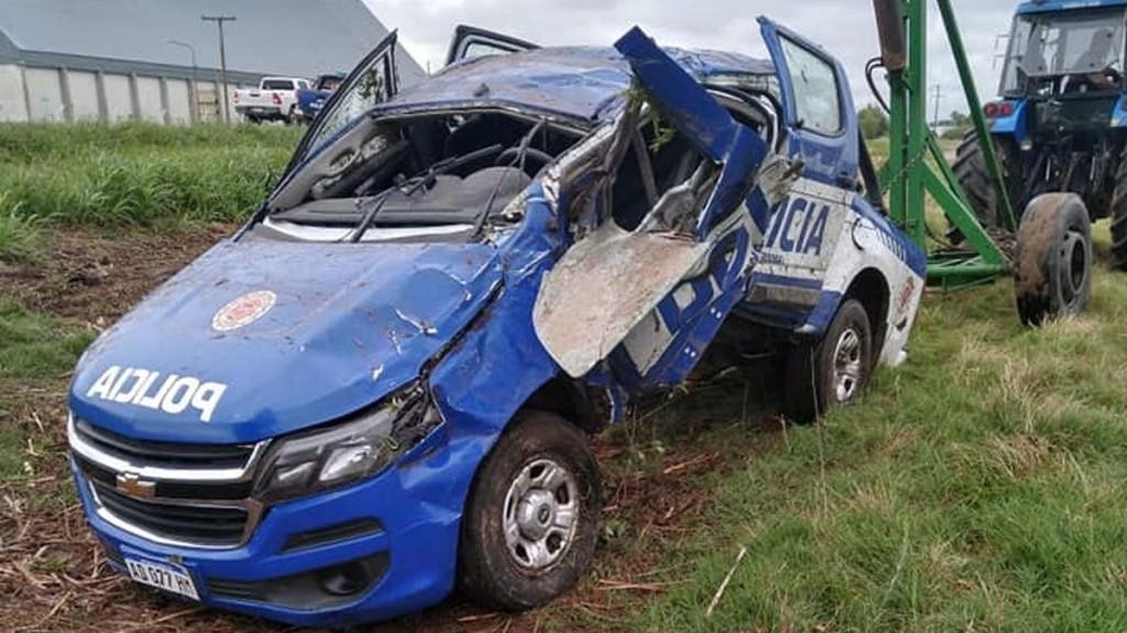 Un móvil policial de Laboulaye despistó e impactó contra un árbol: dos efectivos lesionados