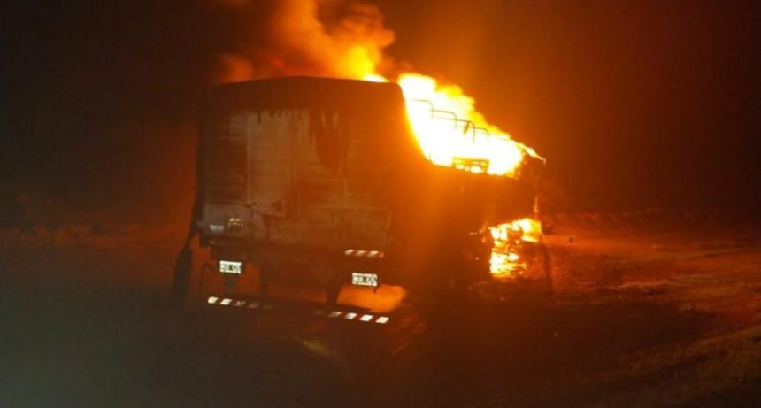 Un camión se incineró tras chocar con otro que había volcado