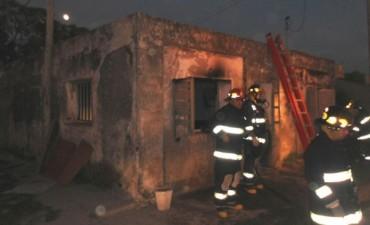 Principio de incendio en la ventana de una vivienda de Villa Argentina