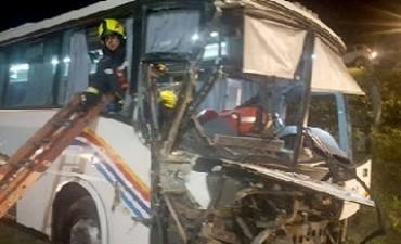 Chocaron un colectivo y un camión cerca de Espinillo: confirman cinco heridos