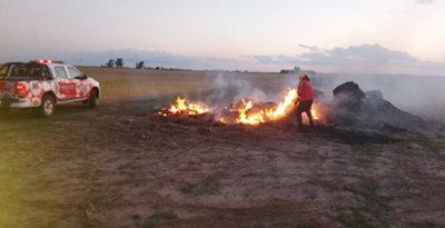 MARCOS JUÁREZ: Incendio aparentemente intencional de rollos de fardo donde trabajaron 12 bomberos