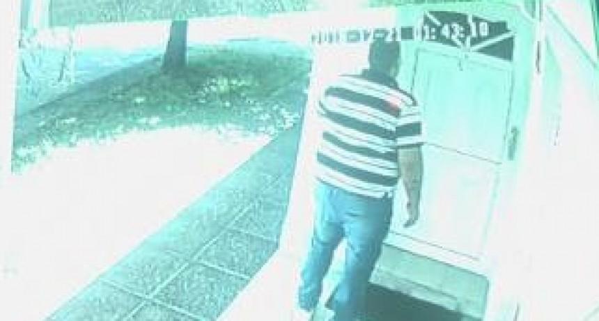 Entraron por el frente de una vivienda previo a levantar una persiana a plena luz del día y se llevaron 30 mil pesos y un perro